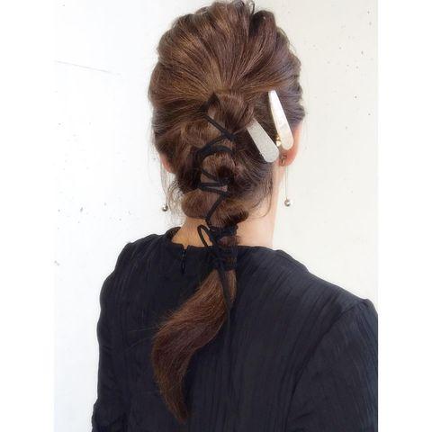 紐使いポニーテールの前髪なし一つ結び