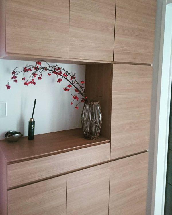 季節の花を配置した飾り棚レイアウト