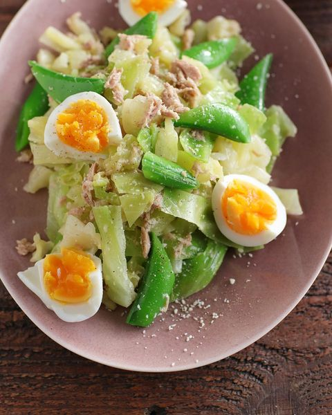 サラダ、卵、スナップエンドウ、粉チーズ、キャベツ、ツナ。