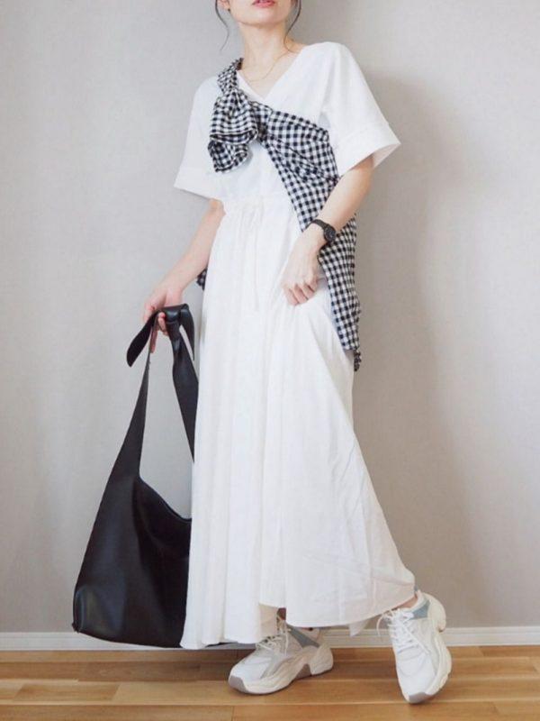 黒チェックシャツ×白ワンピースコーデ