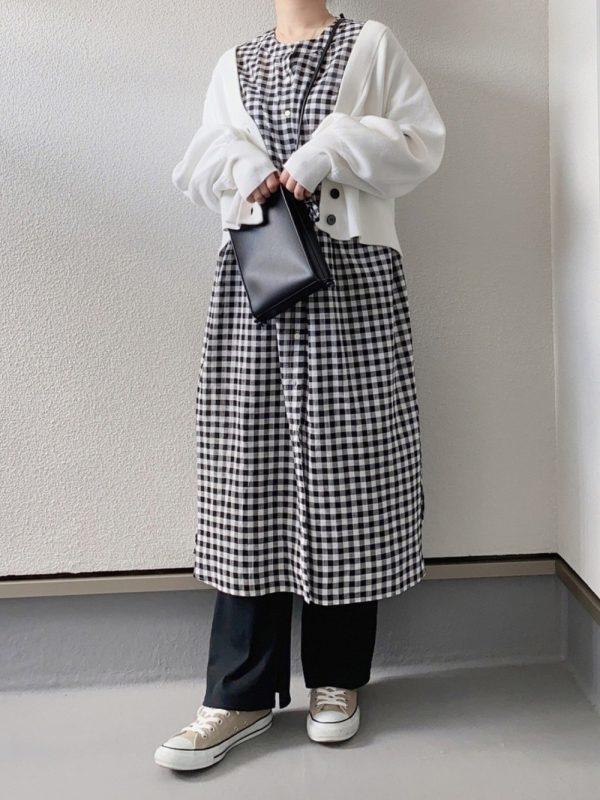 黒チェックシャツワンピ×白カーデコーデ