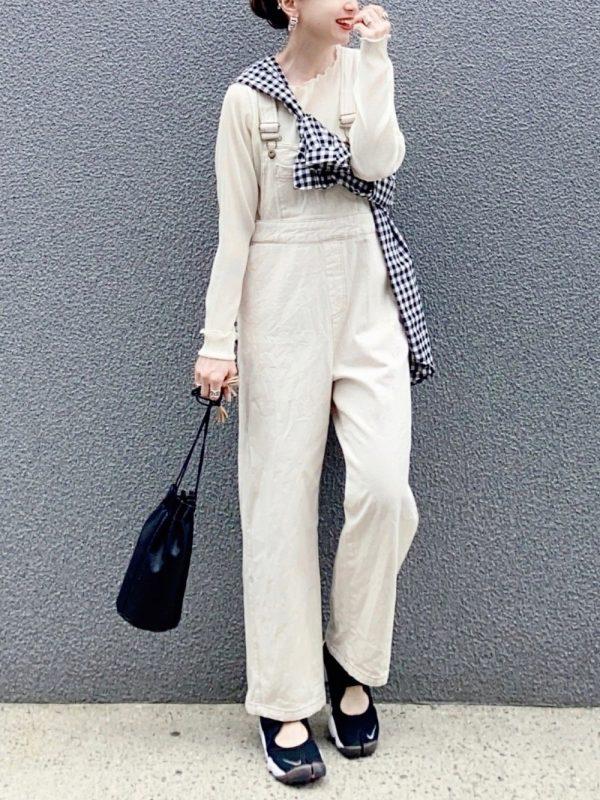 黒チェックシャツ×オールホワイトコーデ