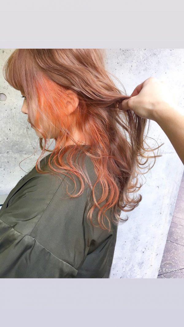 ウェーブロング×オレンジイヤリングカラー