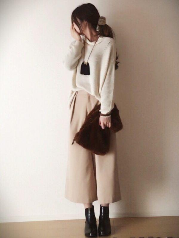 白セーター×ベージュガウチョコーデ