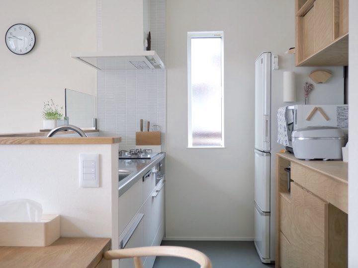 白いキッチンとタイルが美しいキッチン