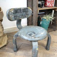 子供の椅子をインテリアに合うヴィンテージ風にペイントリメイク