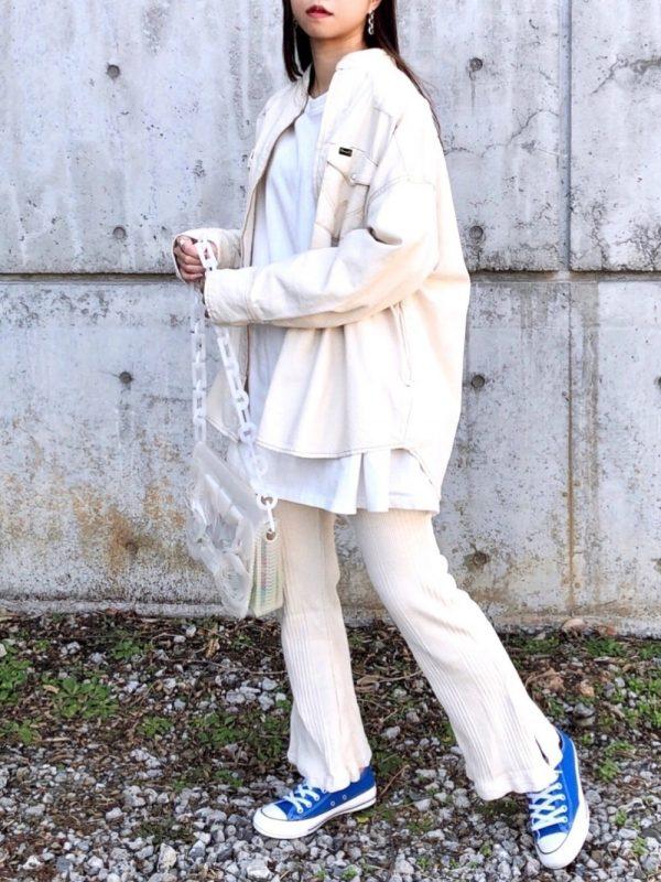 オール白×水色スニーカーのレディースコーデ