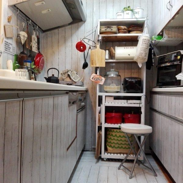 赤が引き立つシンプルなレトロポップキッチン