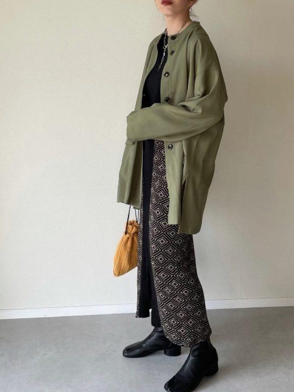 緑ジャケット×オレンジバッグコーデ