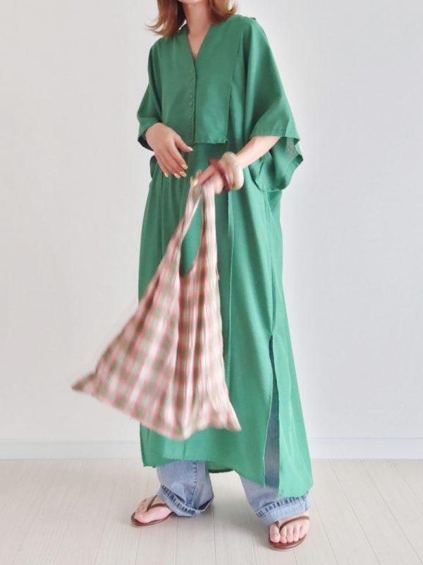 緑ワンピース×オレンジバッグコーデ