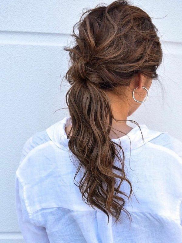 巻き髪で色気たっぷりなポニーテール