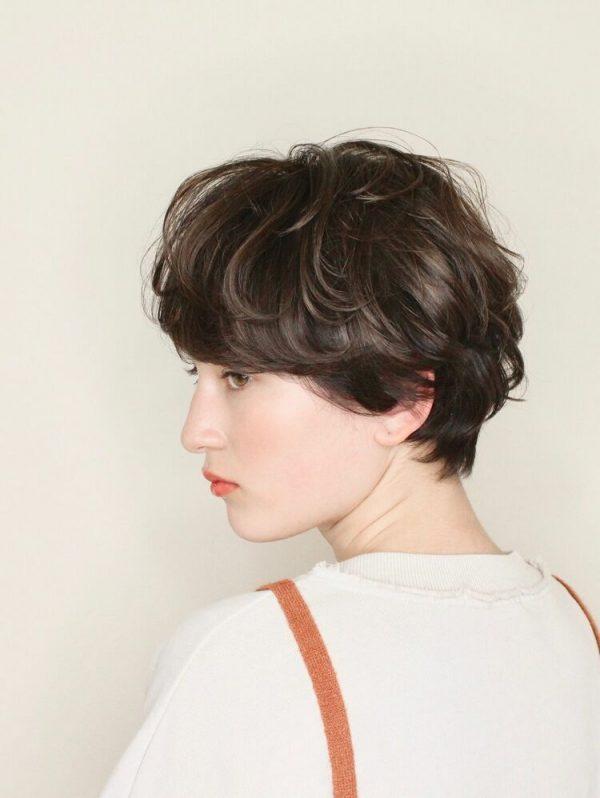 ふわふわパーマのショートヘアスタイル