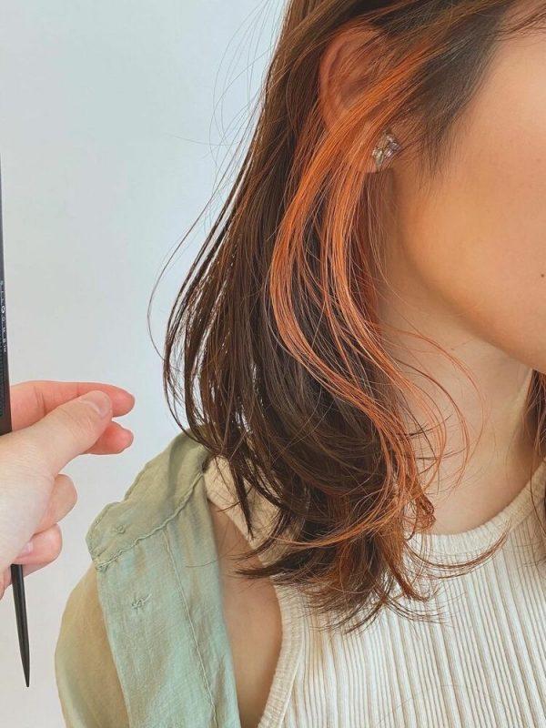 オレンジのイヤリングカラー×ミディアム