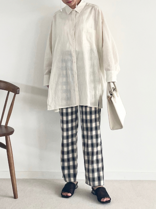 白リネンシャツ×チェックパンツの秋コーデ