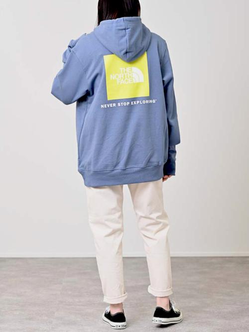 カラーパーカー×ホワイトパンツの秋コーデ