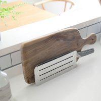 スマート収納が叶う「包丁&まな板スタンド」。シンプルでスタイリッシュなアイテム!