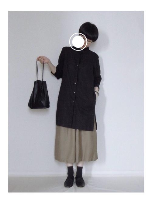 黒リネンシャツ×ベージュスカートの秋コーデ