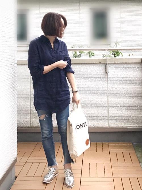 紺リネンシャツ×ダメージデニムの秋コーデ
