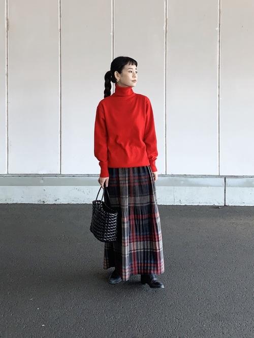 赤ニット×チェック柄ロングスカートの秋コーデ