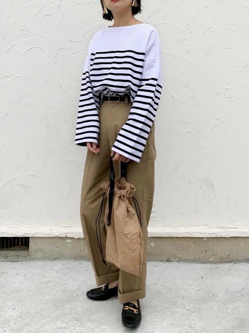 巾着トートバッグ×茶色パンツの秋コーデ