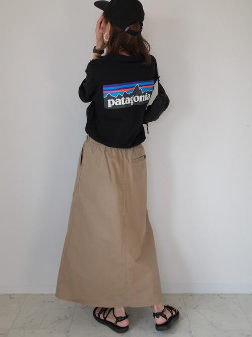 黒スウェット×ベージュスカートの秋コーデ