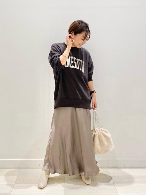 ロゴスウェット×サテンスカートの秋コーデ