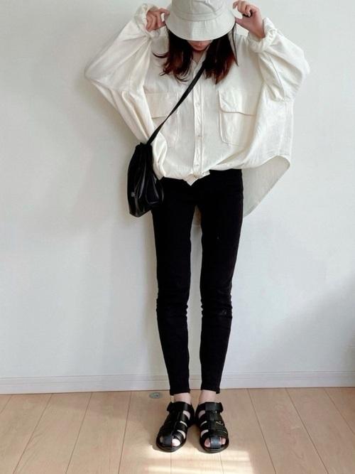 白バケットハット×オーバーサイズシャツコーデ