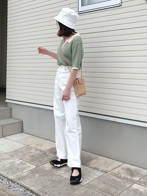 白バケットハット×緑襟付きニットコーデ