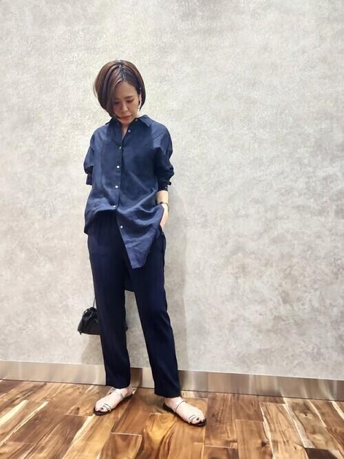 紺リネンシャツ×紺パンツの秋コーデ