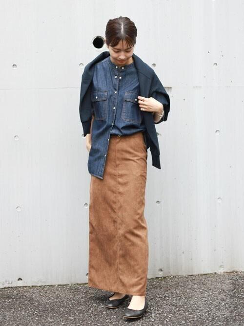 デニムシャツ×ブラウンスカートの秋コーデ