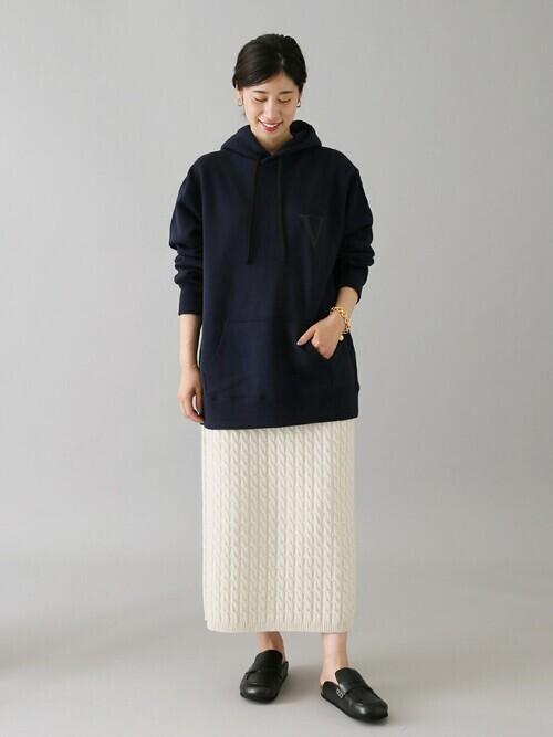 パーカー×ニットスカートの秋コーデ