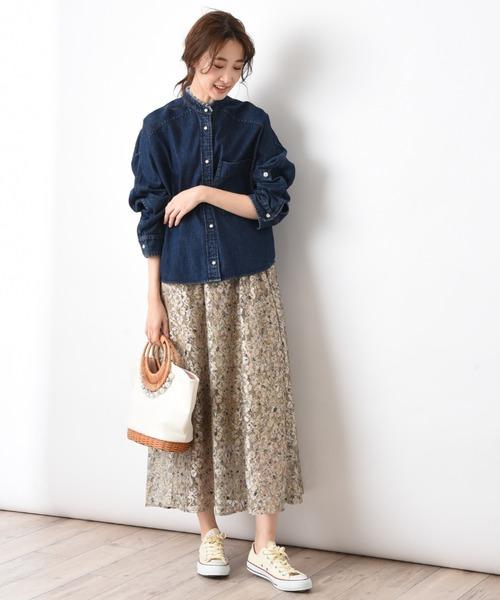 デニムシャツ×花柄スカートの秋コーデ