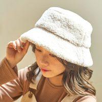 《季節別》白バケットハットコーデ特集。髪型も意識してカジュアルが似合う大人女子に