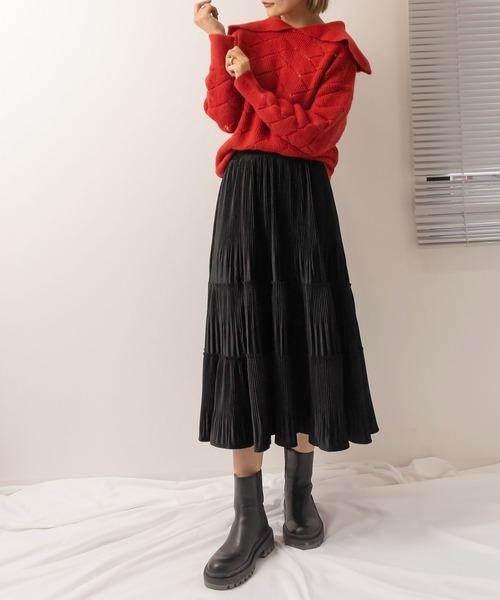 赤襟付きニット×黒スカートの秋コーデ