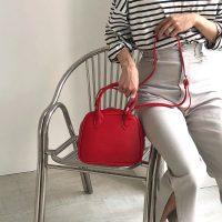 《2021》赤いバッグは秋コーデに大活躍。アクセントになる、おしゃれな合わせ方