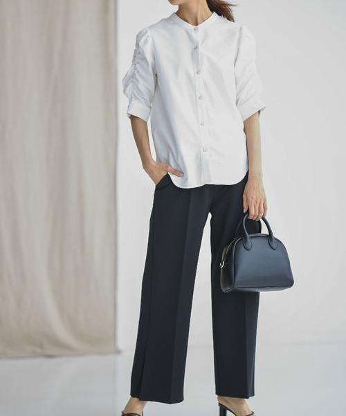 白デニムシャツ×黒パンツの品な秋コーデ
