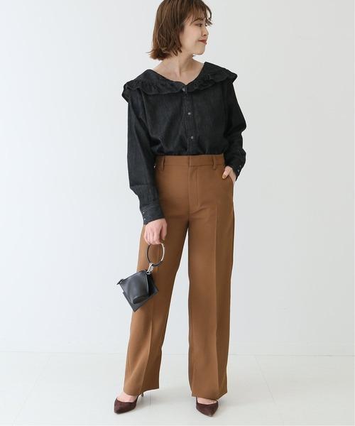 ダンガリーフリルシャツ×茶色パンツの秋コーデ