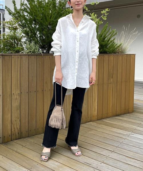 白リネンビッグシャツ×黒パンツの秋コーデ