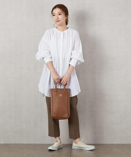 白ノーカラーリネンシャツ×パンツの秋コーデ