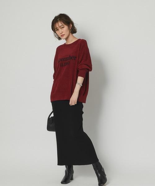 赤ロゴニット×黒スカートの秋コーデ