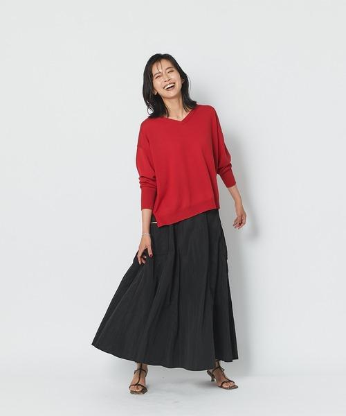 赤Vネックニット×黒スカートの秋コーデ