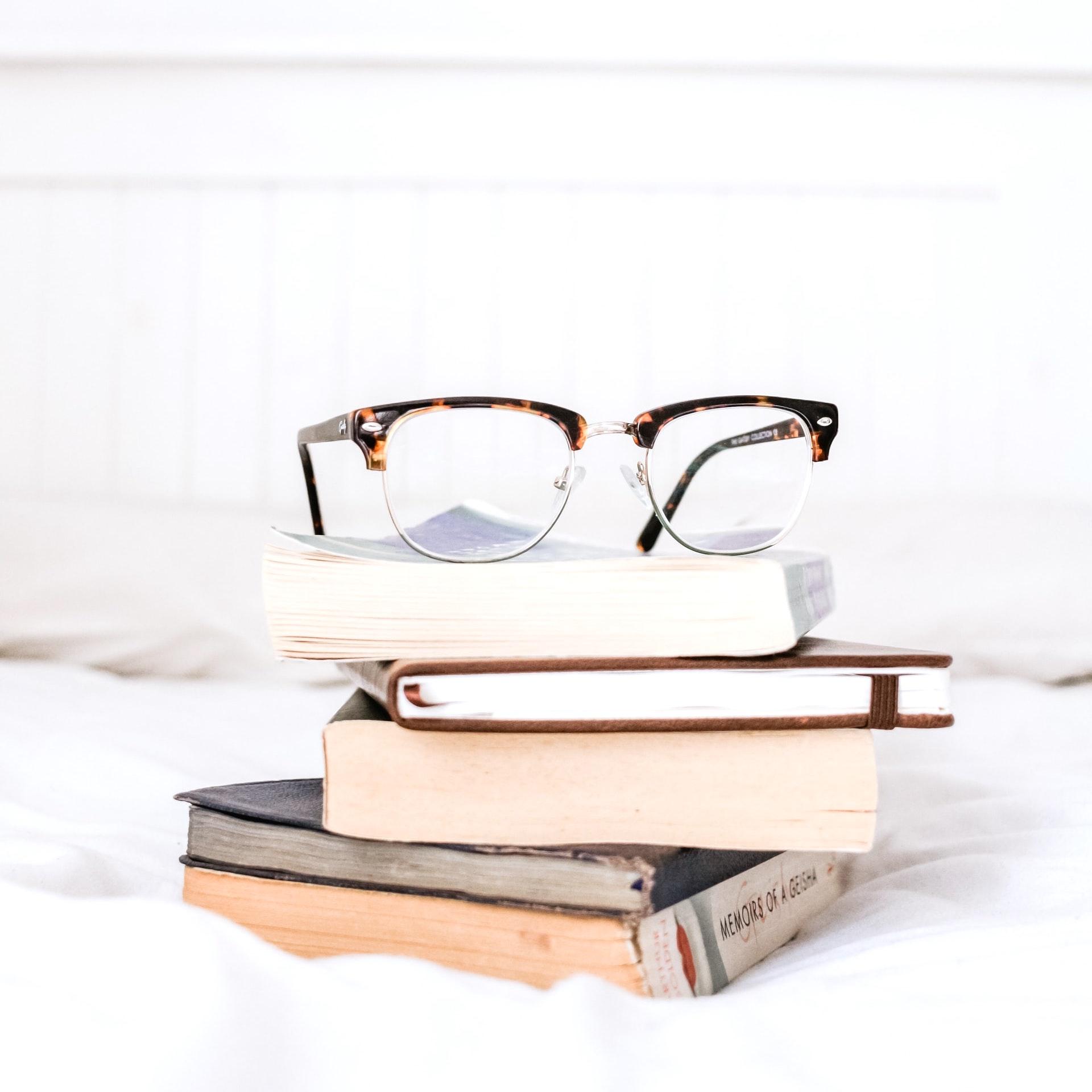 おうち時間はやっぱり読書。本に関する人気記事TOP10をまとめてご紹介