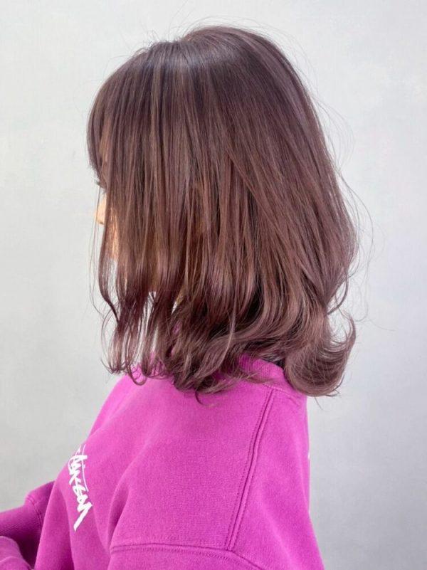 前髪ありのミディアムヘア×明るめピンク