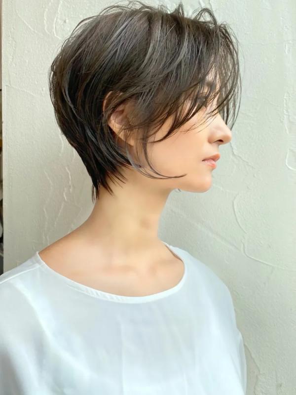 束感のあるトレンドの耳かけショートヘア