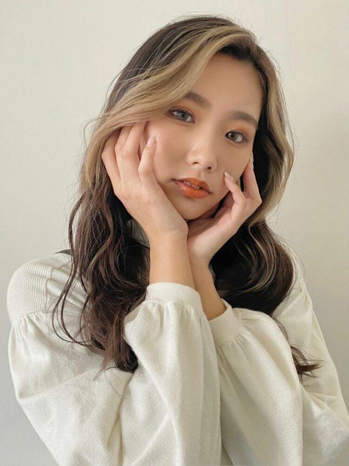 ハイトーンの髪色がガーリーな韓国風パーマ