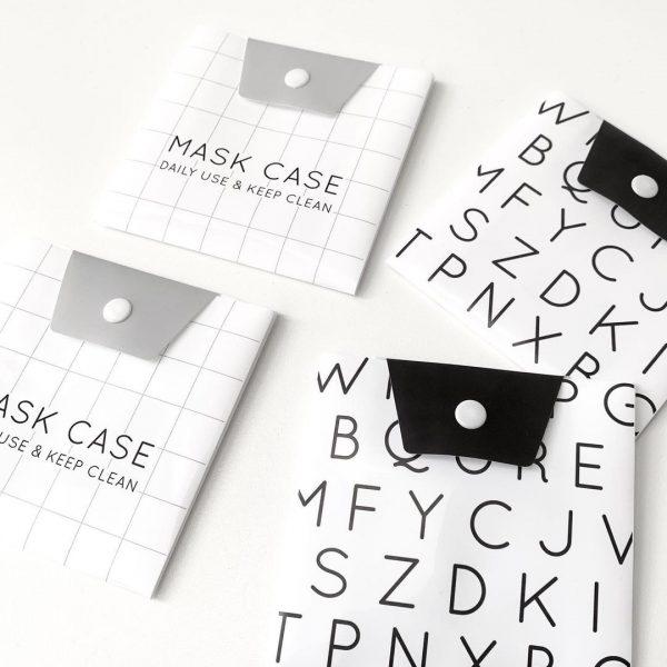 キャンドゥの英文字柄持ち運び用マスクケース