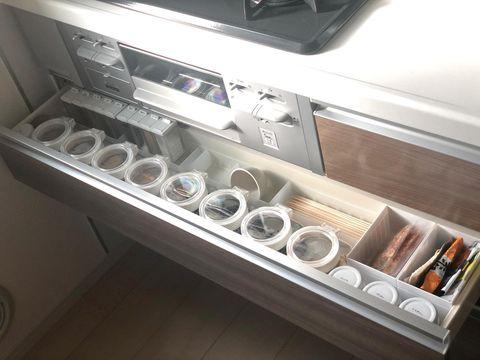 調味料に透明保存容器を使った引き出し収納