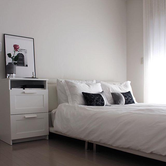 白でまとめられたおしゃれな寝室