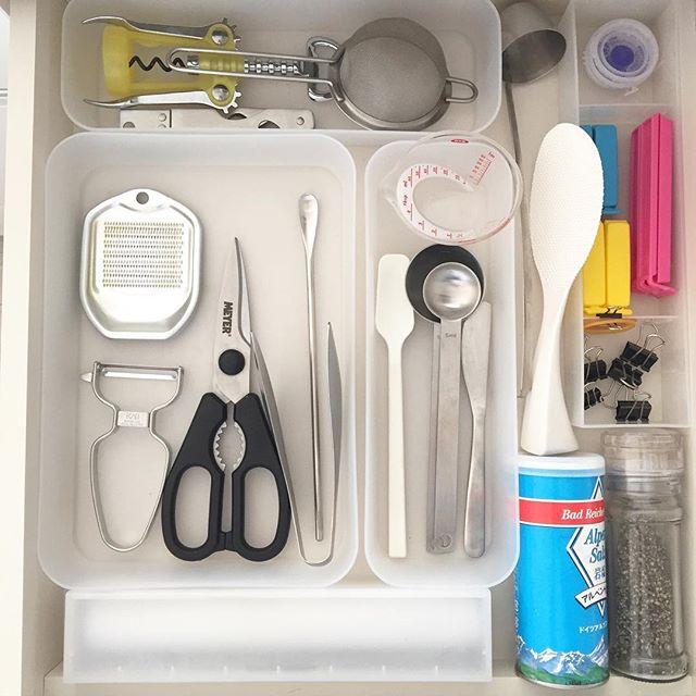 トレイで仕切るキッチン収納