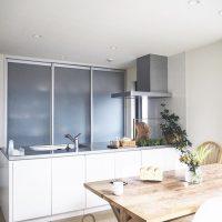 キッチンのおしゃれな背面収納術。快適な空間を実現する整理整頓アイデア集